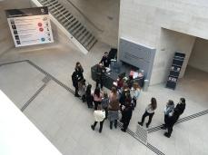Ausstellungshalle I.M. Pei des Deutschen Historischen Museums mit taktilem Leitsystem im Untergeschoss.