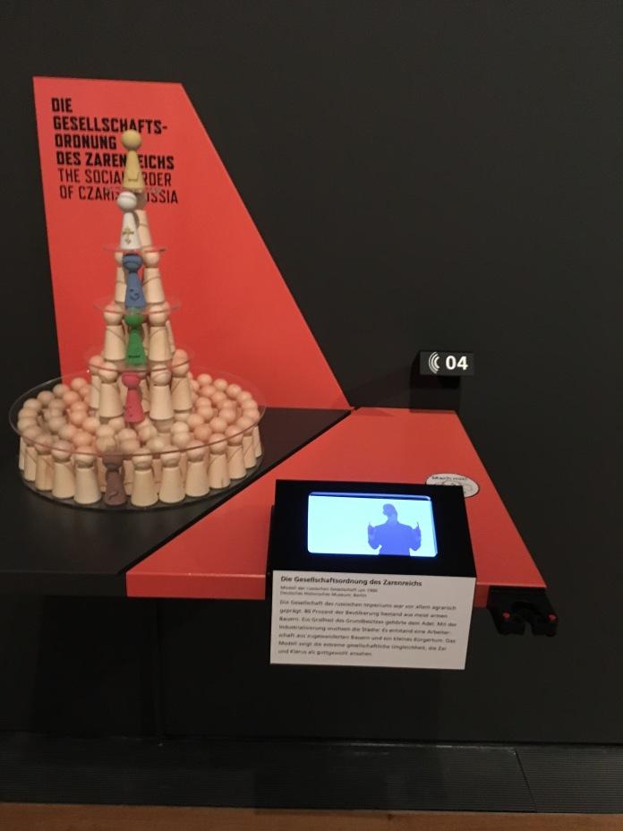 """""""Inklusive Kommunikationsstation"""" in der Ausstellung """"1917. Revolution"""" mit Textinformationen in deutscher, englischer und leichter sowie auch Deutscher Gebärdensprache und Braille."""