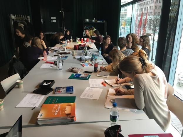 Studierende des Seminars an einem großen Tisch bei der praktischen Gruppenarbeit