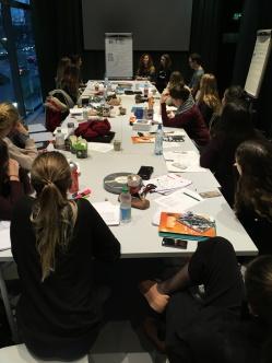 Studierende bei der Präsentation der Gruppenarbeit